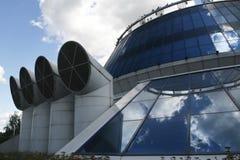 Edificio industrial con los tubos imagen de archivo libre de regalías