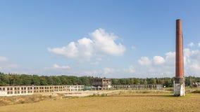 Edificio industrial de Abadoned con una alta chimenea Imagenes de archivo