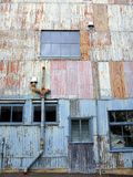 Edificio industrial de acero acanalado viejo Imagenes de archivo