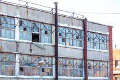 Edificio industrial grande abandonado de fábrica con las ventanas quebradas Fotografía de archivo