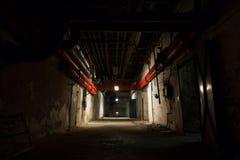 Edificio industrial viejo, sótano con poca luz Imagen de archivo libre de regalías