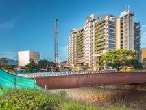 Edificio Inteligente Medellin y Rio Medellin fotografía de archivo