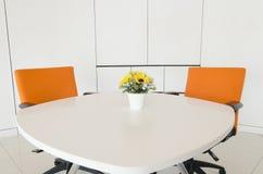 Edificio interior, oficina con muebles blancos modernos Foto de archivo libre de regalías