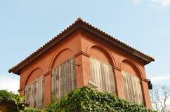 Edificio italiano del estilo en color rojo Foto de archivo libre de regalías