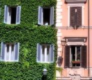 Edificio italiano en Roma Foto de archivo libre de regalías