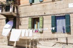 Edificio italiano típico con el lavadero de la ejecución Fotos de archivo libres de regalías