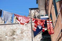 Edificio italiano típico con el lavadero de la ejecución Imagen de archivo