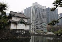 Edificio japonés tradicional y edificio de oficinas moderno Imagen de archivo libre de regalías
