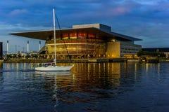 Edificio largo de la ópera de Copenhague Dinamarca de la exposición en la oscuridad Fotos de archivo