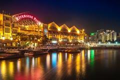 Edificio ligero colorido en la noche en Clarke Quay, situado dentro del área del río de Singapur Fotografía de archivo