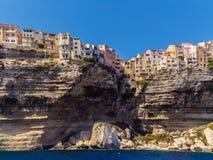 Edificio a lo largo de un acantilado, Bonifacio, Francia imagenes de archivo