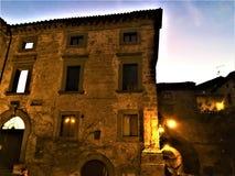 Edificio, luces, arquitectura, arte y cuento en Civita di Bagnoregio, ciudad en la provincia de Viterbo, Italia foto de archivo