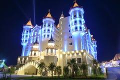 Edificio mágico iluminado un parque de atracciones en Adler imagenes de archivo