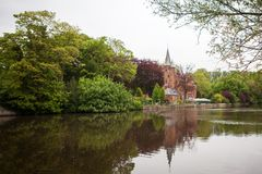 Edificio medieval en el lago love Foto de archivo libre de regalías