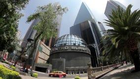 Edificio mexicano de la bolsa de acción, gente que da une vuelta (SHOT-FISHEYE LLENO) metrajes