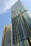 Edificio moderno alto del rascacielos de cristal, reflexión, cielo azul, vista delantera Fotos de archivo libres de regalías