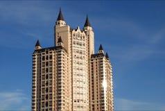 Edificio moderno bajo el cielo Imagenes de archivo