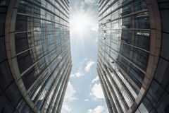 Edificio moderno bajo el cielo Fotos de archivo libres de regalías