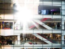 Edificio moderno borroso con la luz del sol, la oficina y el fondo de la alameda de compras Fotos de archivo libres de regalías