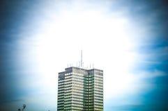 Edificio moderno, calle en Londres durante tiempo de verano Foto de archivo libre de regalías