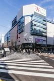 Edificio moderno comercial con el paso de peatones abajo y gente que camina en el camino en Sapporo en Hokkaido, Japón Imagen de archivo