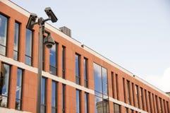 Edificio moderno con el CCTV Fotos de archivo libres de regalías