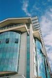 Edificio moderno con el cielo imagen de archivo libre de regalías