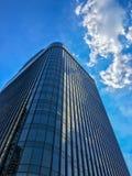 Edificio moderno con el cielo azul con la nube foto de archivo
