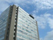 Edificio moderno con el producto de limpieza de discos en la tapa fotos de archivo libres de regalías