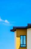 Edificio moderno con la ventana contra el cielo azul fotos de archivo