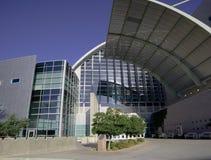 Edificio moderno con las líneas contemporáneas Imagen de archivo libre de regalías