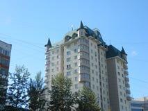 Edificio moderno con un tejado en el estilo gótico Fotos de archivo libres de regalías