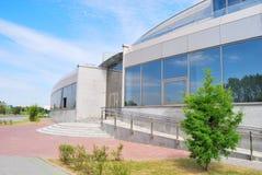 Edificio moderno con una cama Imagen de archivo libre de regalías