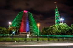 Edificio moderno de la adoración en la noche Imagenes de archivo