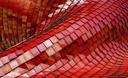 Edificio moderno de la arquitectura integrado por las tejas rojas del metal imagen de archivo libre de regalías