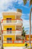 Edificio moderno de la propiedad horizontal en el calafate Belice de Caye foto de archivo