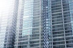 Edificio moderno de un rascacielos Concepto de ?xito de la compa??a fotos de archivo libres de regalías