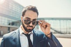 Edificio moderno de Wears Sunglasses Before del hombre de negocios barbudo imagen de archivo libre de regalías