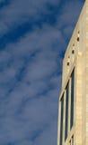 Edificio moderno dejado el borde del cielo Fotos de archivo