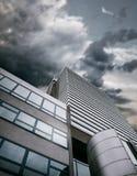 Edificio moderno del centro de la oficina con el cielo apocalíptico Imágenes de archivo libres de regalías
