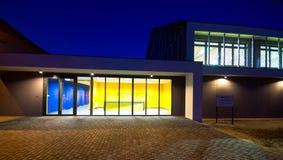 Edificio moderno del gimnasio en la noche Foto de archivo libre de regalías