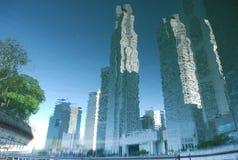 edificio moderno del reflectionf del agua Fotos de archivo libres de regalías
