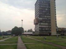 Edificio moderno dentro de una universidad mexicana foto de archivo