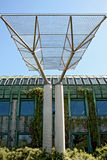 Edificio moderno ecológico de la biblioteca. Foto de archivo