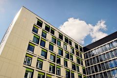 Edificio moderno Edificio de oficinas moderno con la fachada del vidrio Imagen de archivo