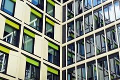 Edificio moderno Edificio de oficinas moderno con la fachada del vidrio Foto de archivo libre de regalías