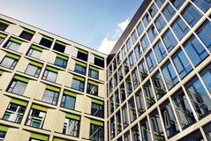 Edificio moderno Edificio de oficinas moderno con la fachada del vidrio Imágenes de archivo libres de regalías