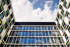 Edificio moderno Edificio de oficinas moderno con la fachada del vidrio Fotos de archivo