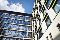 Edificio moderno Edificio de oficinas moderno con la fachada del vidrio Imagen de archivo libre de regalías