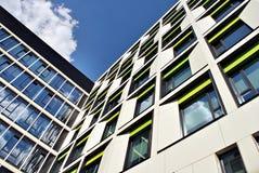 Edificio moderno Edificio de oficinas moderno con la fachada del vidrio Fotografía de archivo